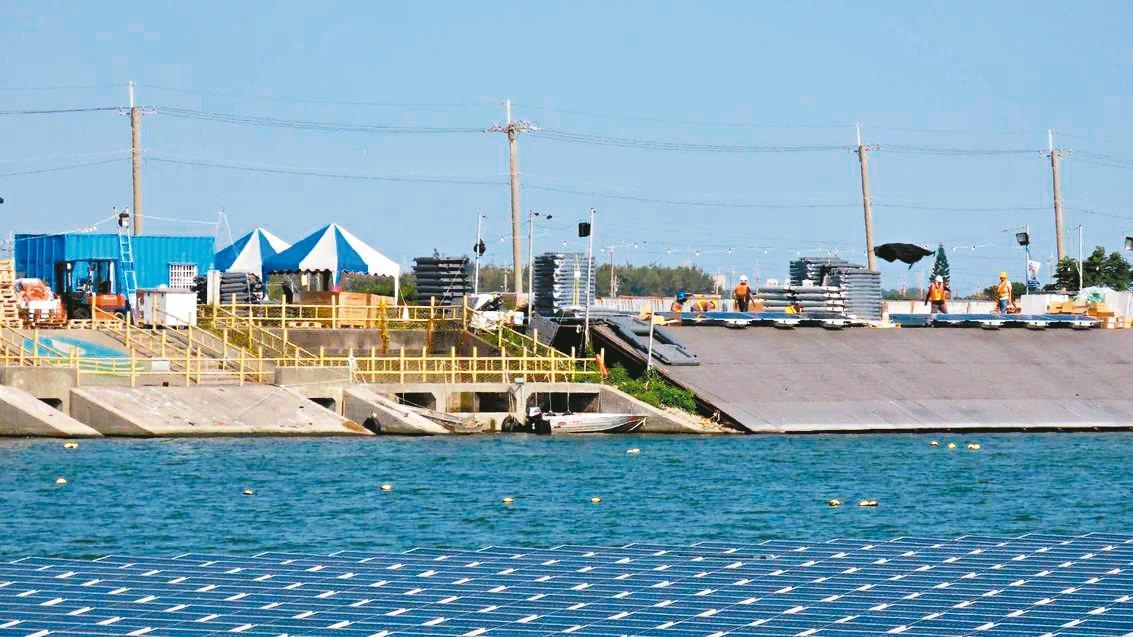 布袋滯洪池上因施做太陽能光電板導致候鳥消失,嘉縣府決定今起到明年2月停工。 圖/...