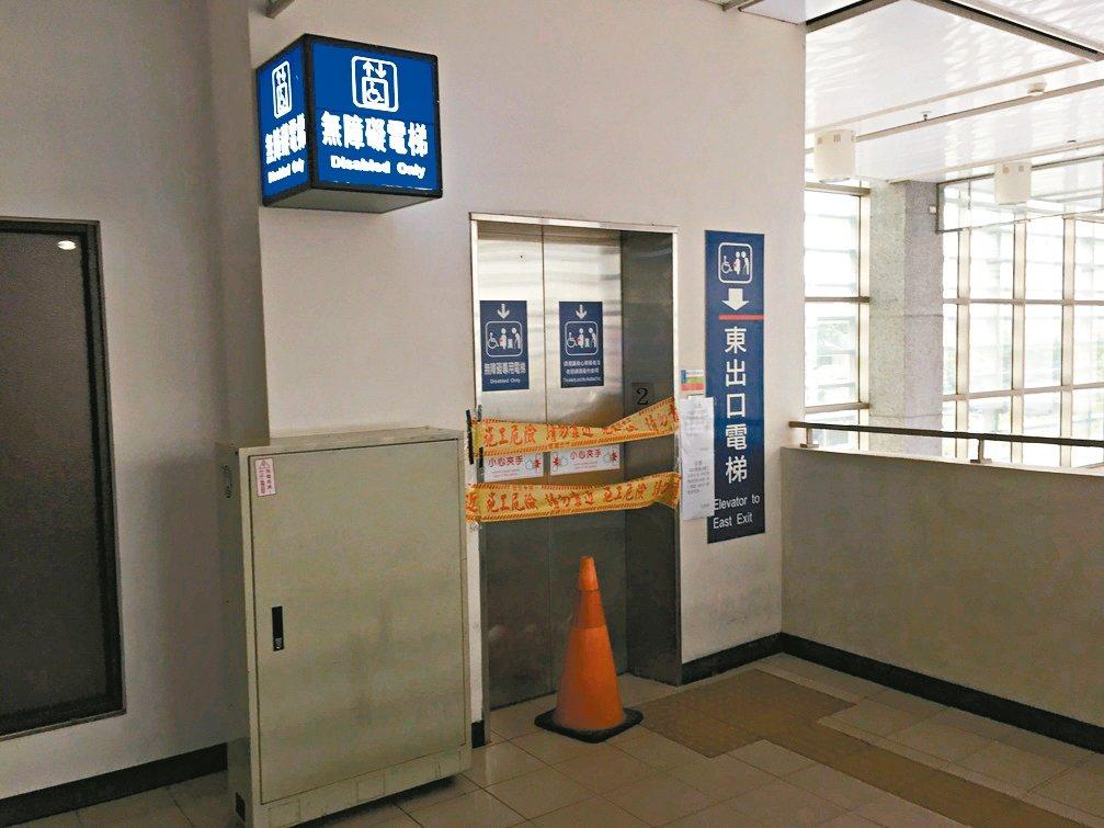 臺鐵竹南站電梯因改善缺失停用半個月,旅客不便,昨天封條拆除,電梯正常使用。 記者...