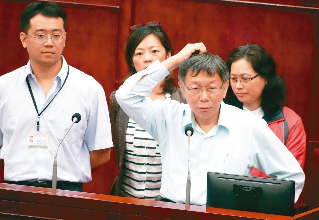 「學姊」黃瀞瑩驚傳遭職場性騷擾,台北市長柯文哲(右前)赴議會備詢時證實,確實有同仁反映,已請雙方當事人說明。 記者曾吉松/攝影