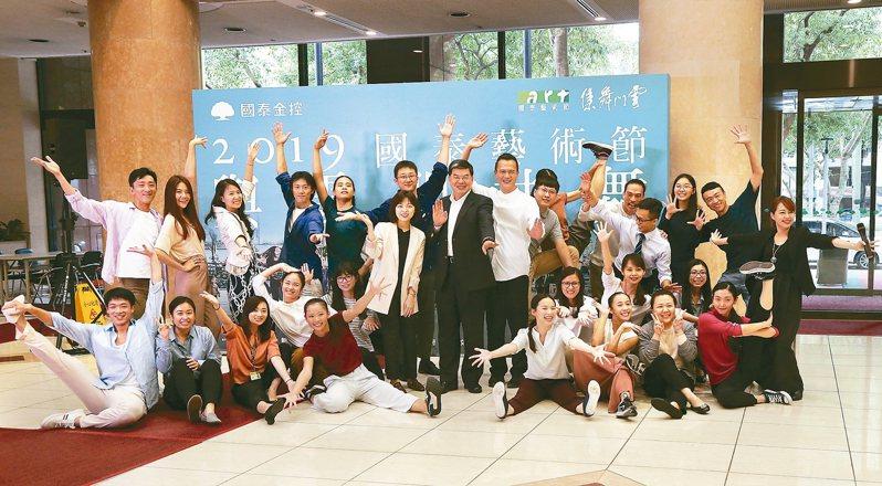 雲門下任藝術總監鄭宗龍策畫2019國泰藝術節「雲門共舞」 ,讓舞者牽起民眾的手,在國泰人壽大樓翩翩共舞。 圖/雲門舞集提供