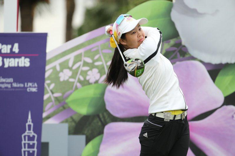 裙襬搖搖LPGA台灣錦標賽今天進行首輪的賽事,我國選手許淮茜。記者林伯東/攝影