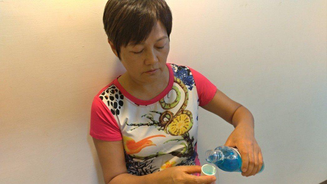 假牙一定要每天用假牙清潔劑清洗,清洗完後,拿著牙刷用清水再簡單清潔已經浸泡過的假...