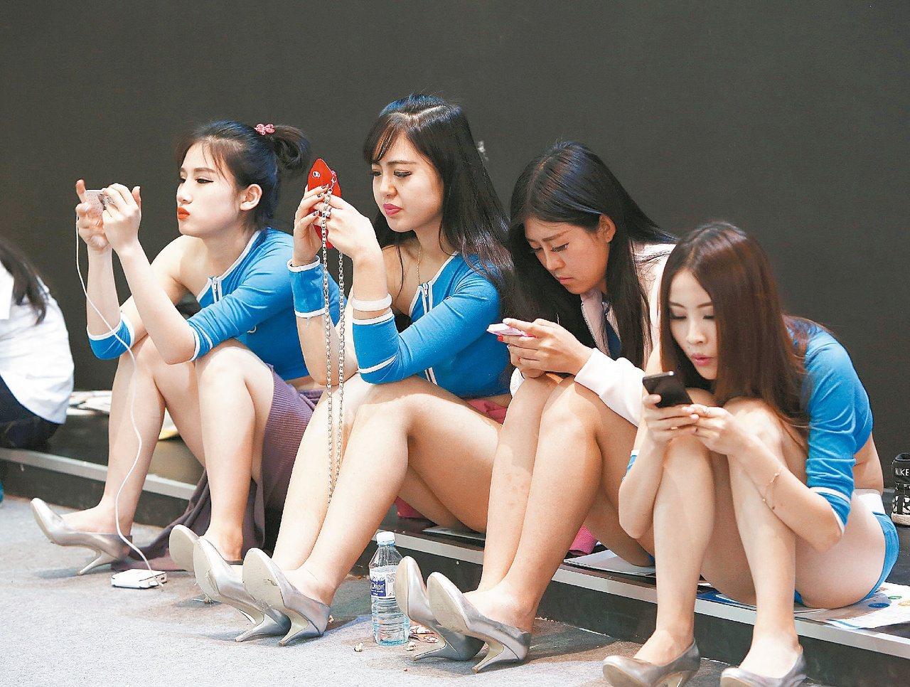 手機帶來許多方便,卻也成為詐騙集團登門的輕鬆管道。(路透)
