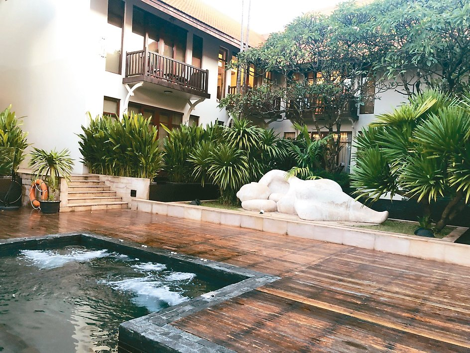 Anantara Angkor Resort鹹水游泳池一端有昔日將軍夫人雕像。