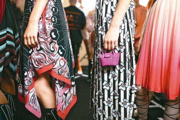 Longchamp 2020春夏Roseau系列把經典的Le Pliage手袋大...