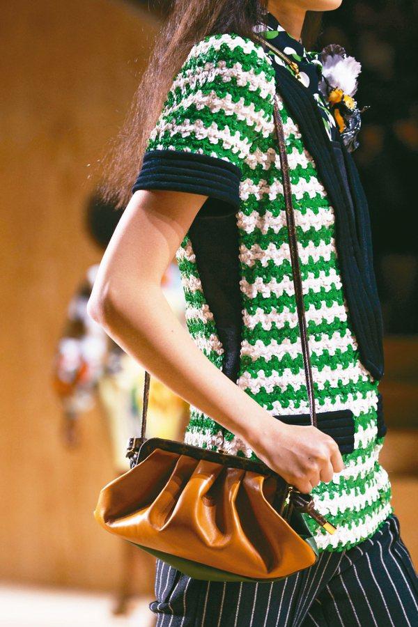 Louis Vuitton推出散發復古情懷的「口金包」。 圖/各業者