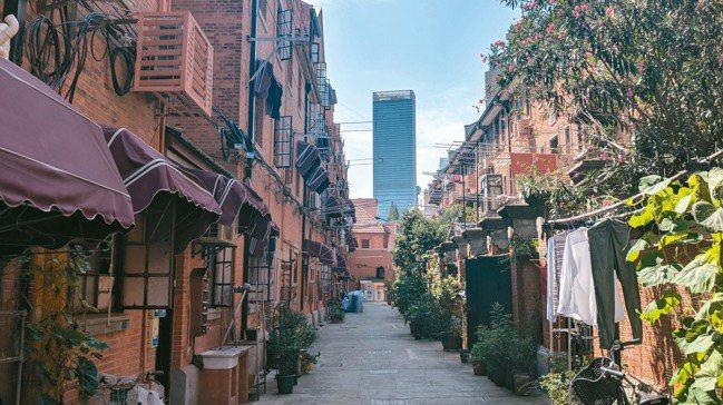 上海浦西區最特別的風景,在於大廈與老房的交錯。圖/陳昭妤