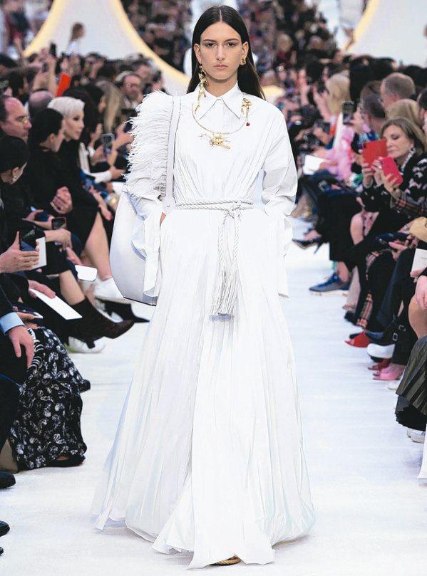Valentino一系列的白色調裙裝仙氣十足。圖/Valentino提供