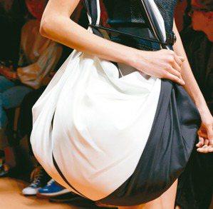 大型軟包呈現輕鬆的度假感。圖/愛馬仕提供