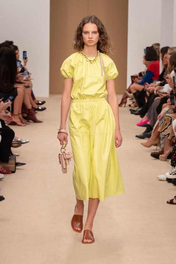 Tods結合蓬蓬公主袖打造鮮黃色皮革裙裝套裝。圖/Tods提供