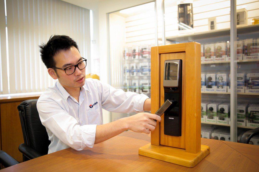 台灣福興企劃部副理林子揚展示該公司自行研製的TPN電子鎖。莊智強/攝影