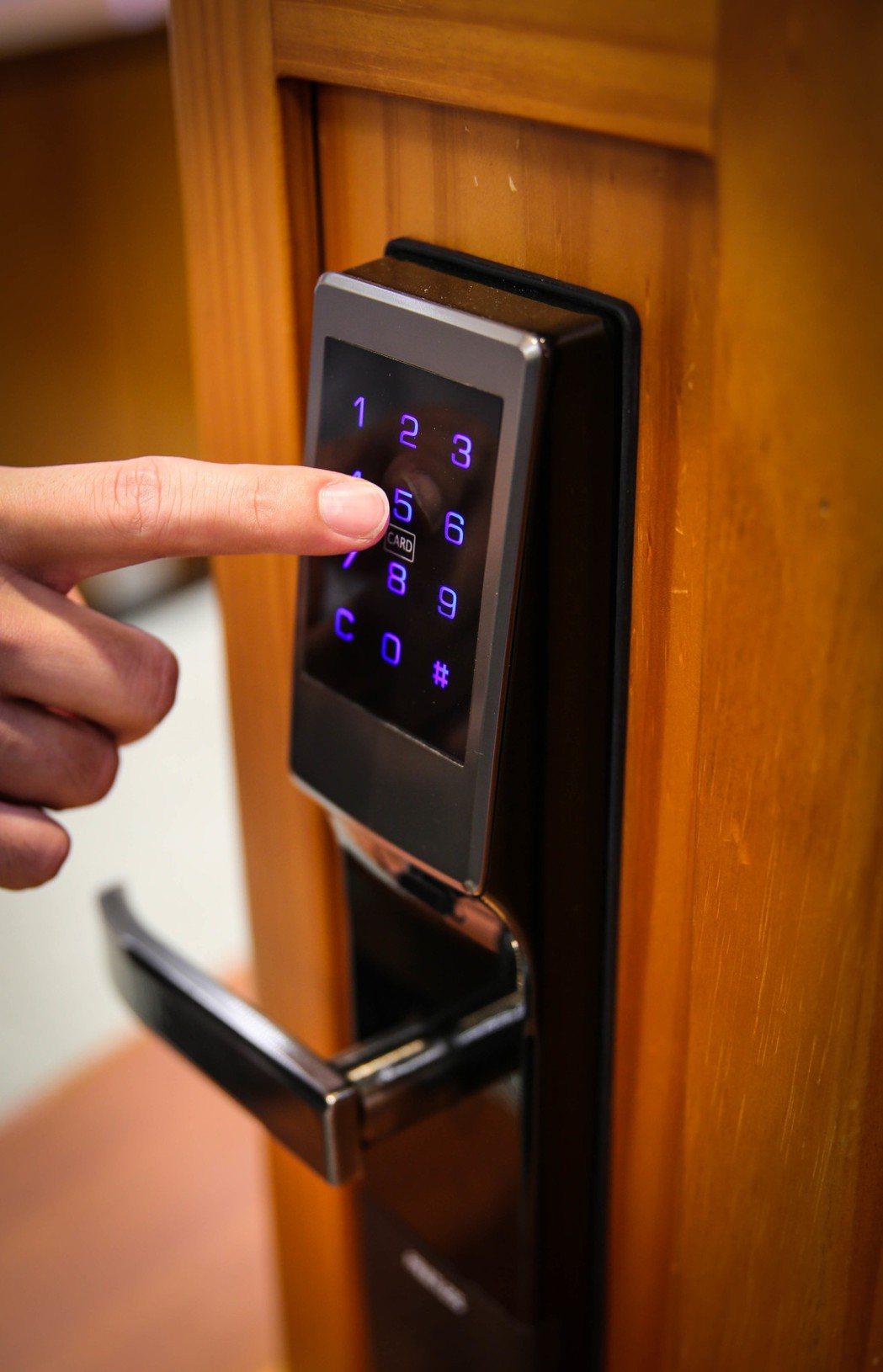 台灣福興TPN電子鎖具有前導碼設計,讓指紋不會殘留在固定位置,不用擔心指紋辨識易...