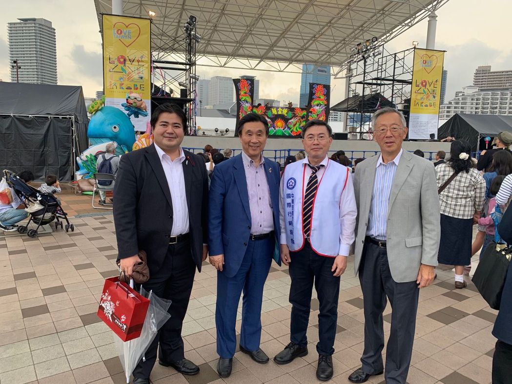 神戶市會議員上畠寬弘(左起),神戶市會議長安達和彥,旅館旅行業國際行銷協會理事長...