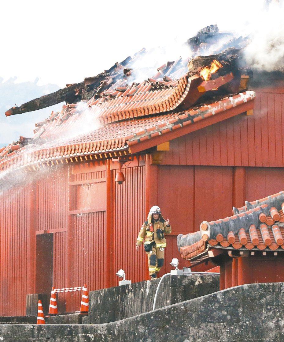 日本沖繩首里城昨遭祝融燒毀,當年重建正殿的主要結構大梁,檜木來自台灣宜蘭。 美聯社