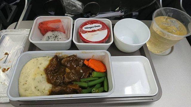 「機餐王」覺得最好吃的飛機餐,是國泰航空的「紅酒燉牛肉佐馬鈴薯泥」,附餐的哈根達...