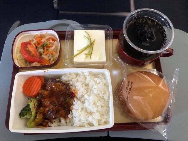 菲律賓航空的台式黑胡椒雞肉飯,讓「機餐王」覺得難以下嚥。(圖片來源:翻攝自PTT...