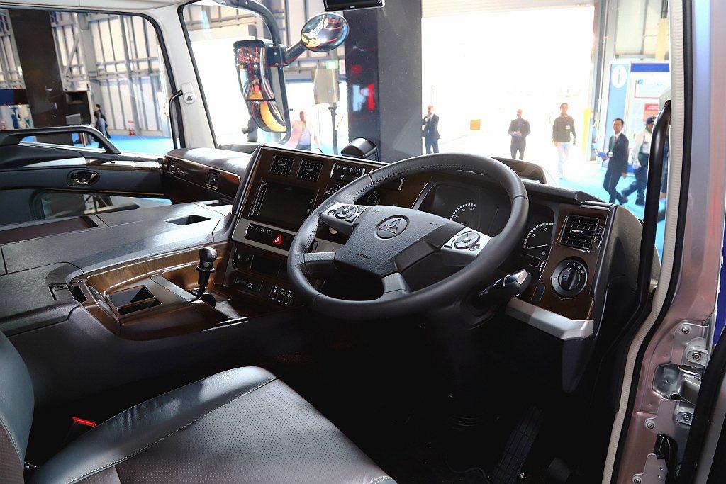 除了外觀,Fuso日本川崎總部也負責內裝設計,縱使是重車也要讓駕駛乘坐舒適,重要...