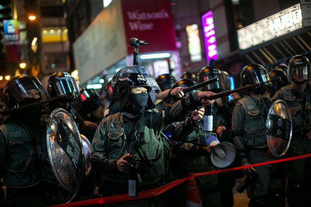 霍利訪問香港之後指出,在中共與港府嚴苛打壓下,港警瀕臨失控,香港人非常危急。 圖/歐新社