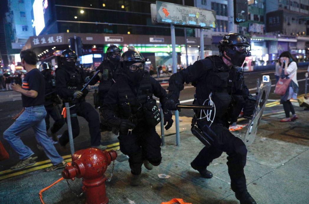 隨著港府無能以及港警集體暴戾加劇,香港人嚮往黎明前的暗夜,似乎漸成惡夜。 圖/美聯社