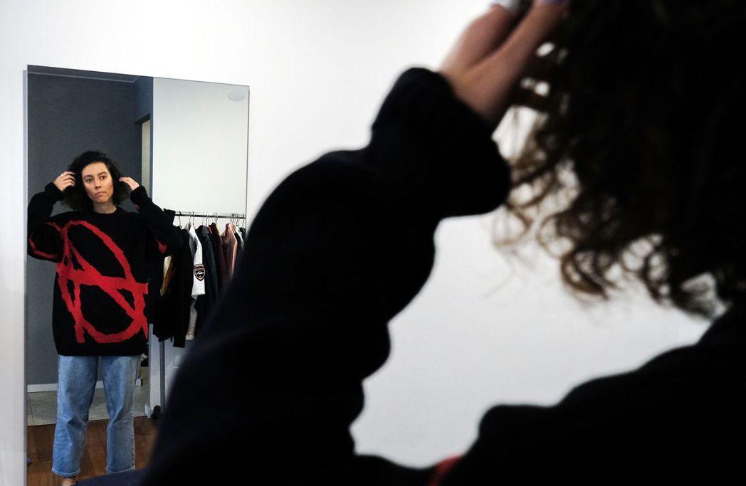 一名模特兒穿著Kultrab品牌的服裝照鏡子。 (法新社)