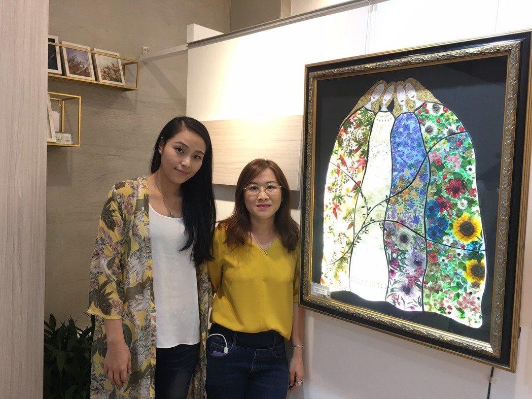 由黃天樺(左)與許慧芬聯合展出的植物押花展,在新竹首度展出60件作品。 吳佳汾/...
