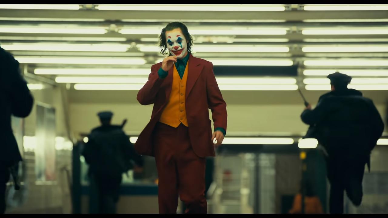 小丑確實開槍殺人了。然而我們同時也在那把槍背後看到霸凌他的那些人、嘲笑他的那些人...