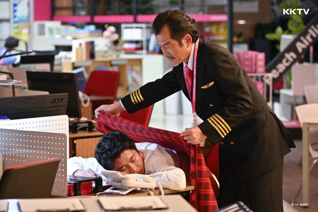 田中圭(左)與吉田鋼太郎演出「大叔的愛-in the sky」。圖/KKTV提供