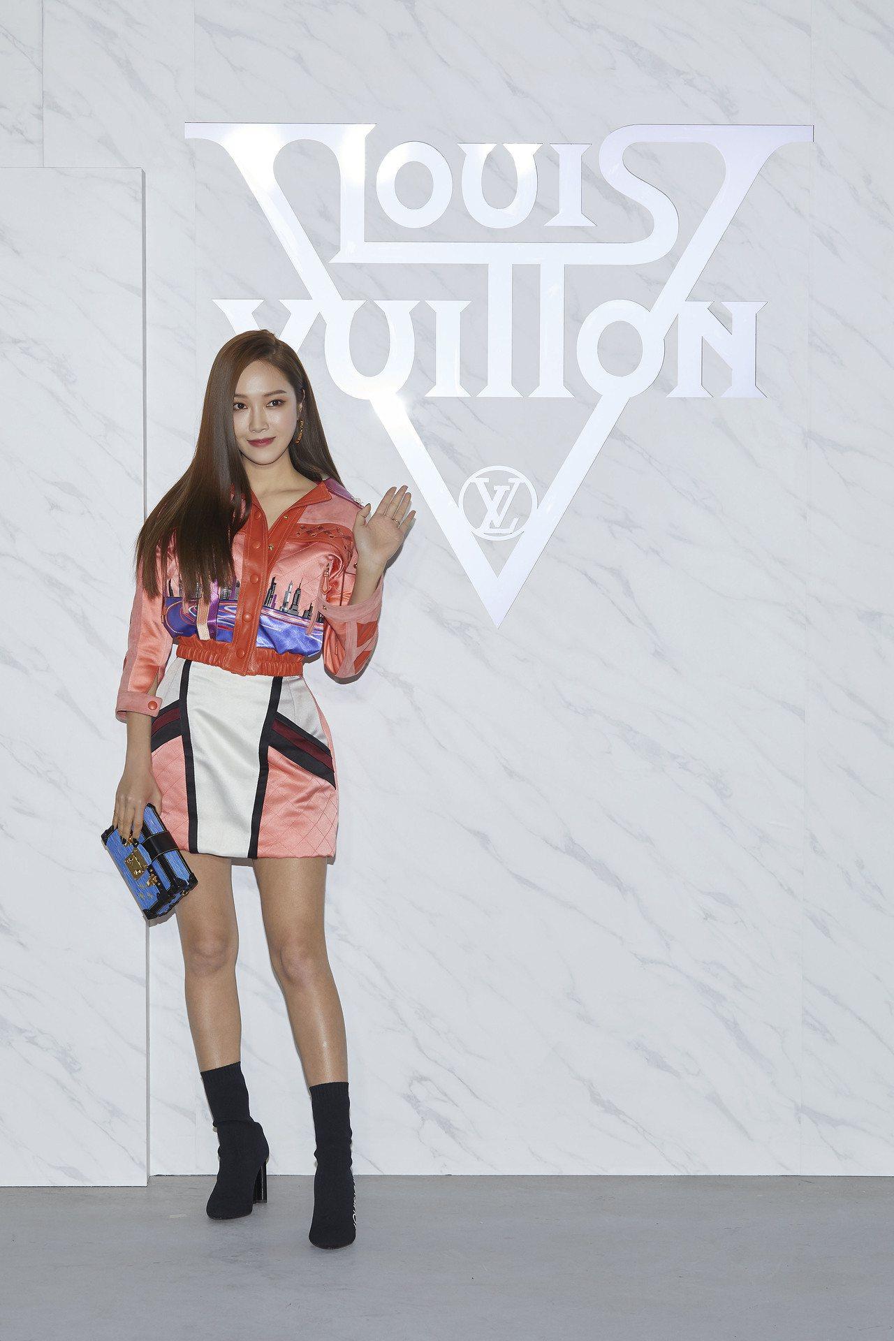 Jessica以繽紛亮眼的裙裝出席2020早春大秀。圖/LV提供