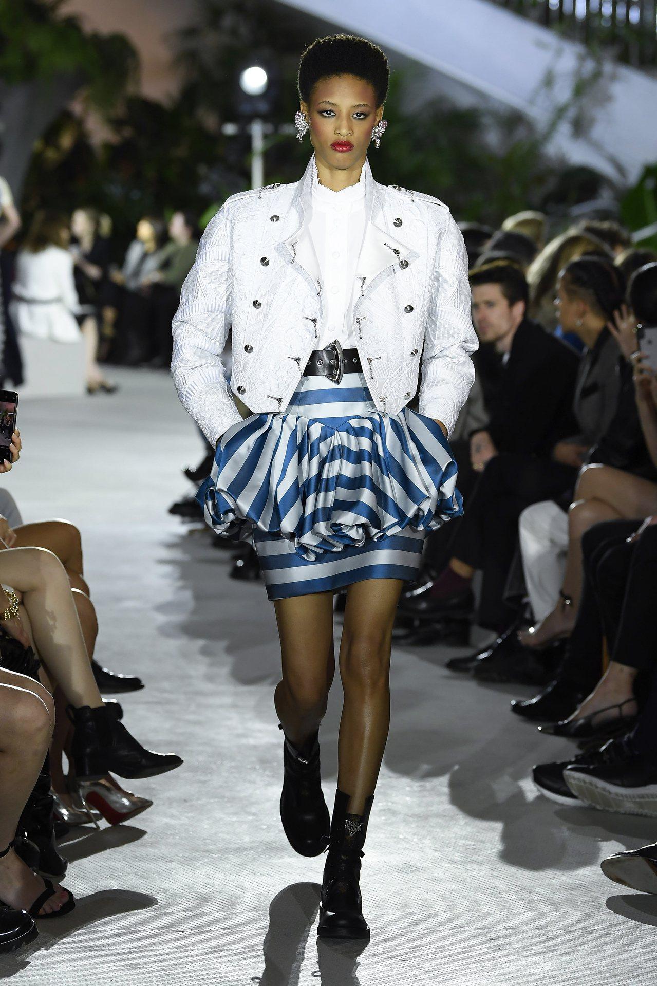 宛如花苞的打褶裙,以復古條紋方式呈現。圖/LV提供