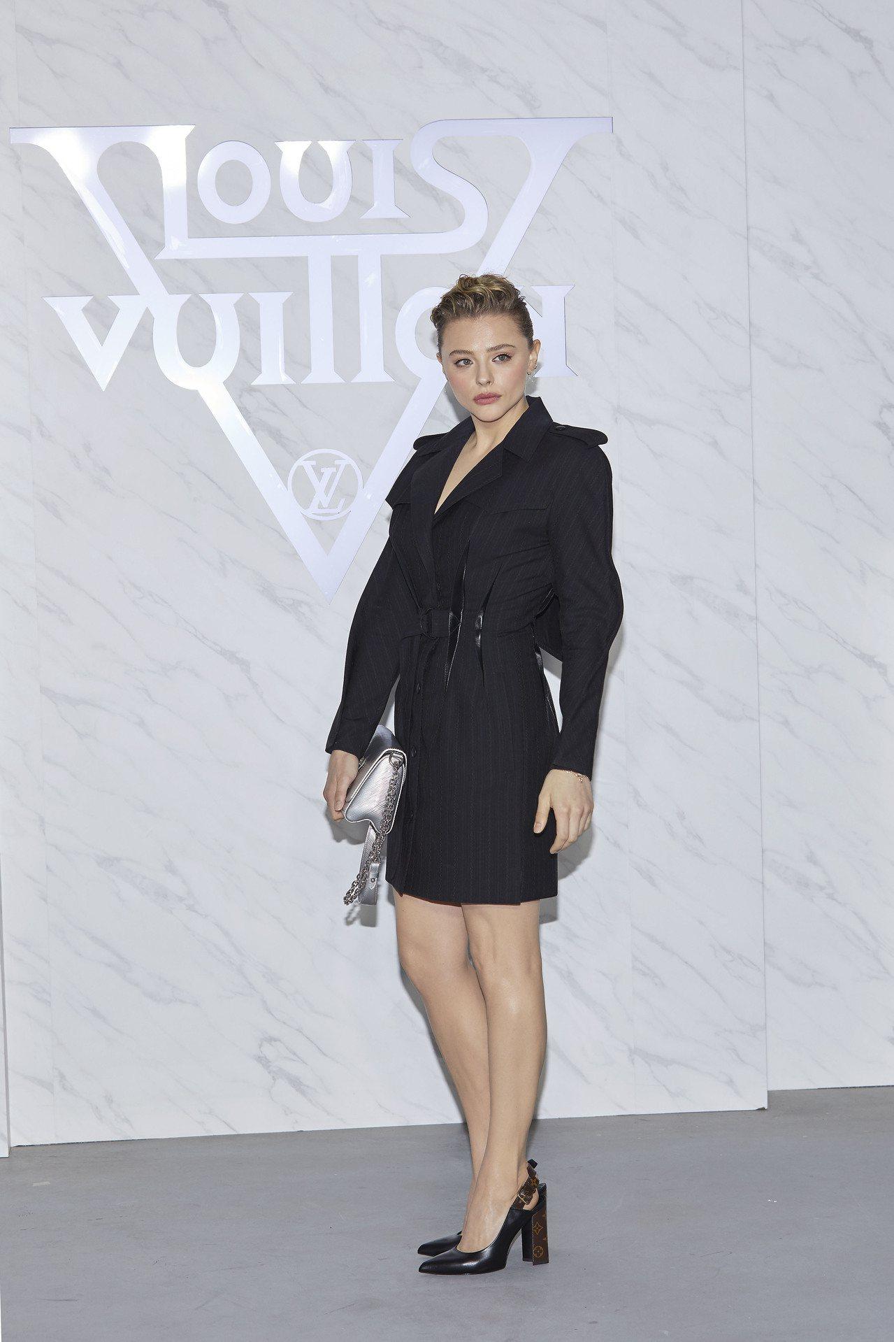 克羅伊摩蕾茲將套裝穿得相當颯爽俐落。圖/LV提供