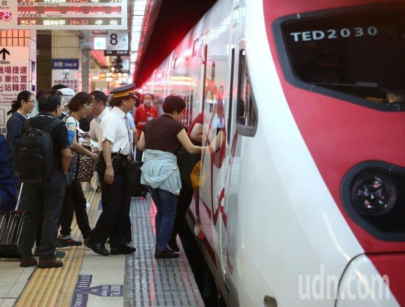 台鐵局於今年5月2日起開放全線普悠瑪號、太魯閣號等新自強號,每列次限量發售120張站票。 本報資料照片