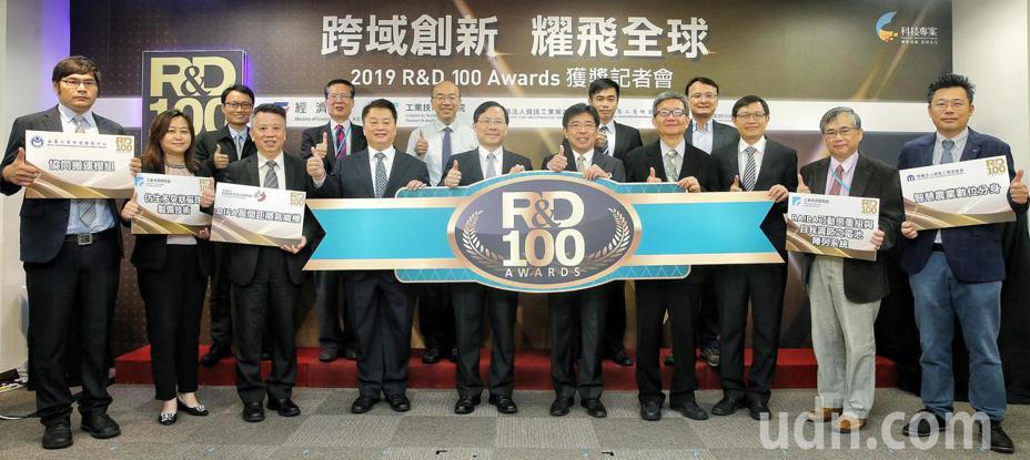 全球2019 R&D100 Awards 獲獎名單出爐,經濟部上午舉行記者會,共有工研院、資策會、金屬中心、紡織等四個單位,勇奪五大獎。記者林伯東/攝影