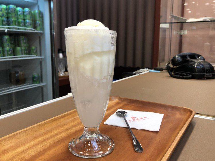 在火車上已經絕版「比珍奶還夯的飲料」-蘇打汽水,以黑松汽水為基底,搭配小美冰淇淋...