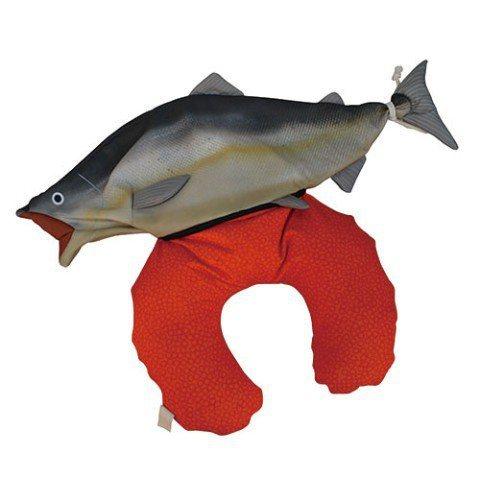 超逼真「鮭魚頸枕」使用時,宛如抽出紅色腸子般充滿惡趣味。圖/取自Village ...