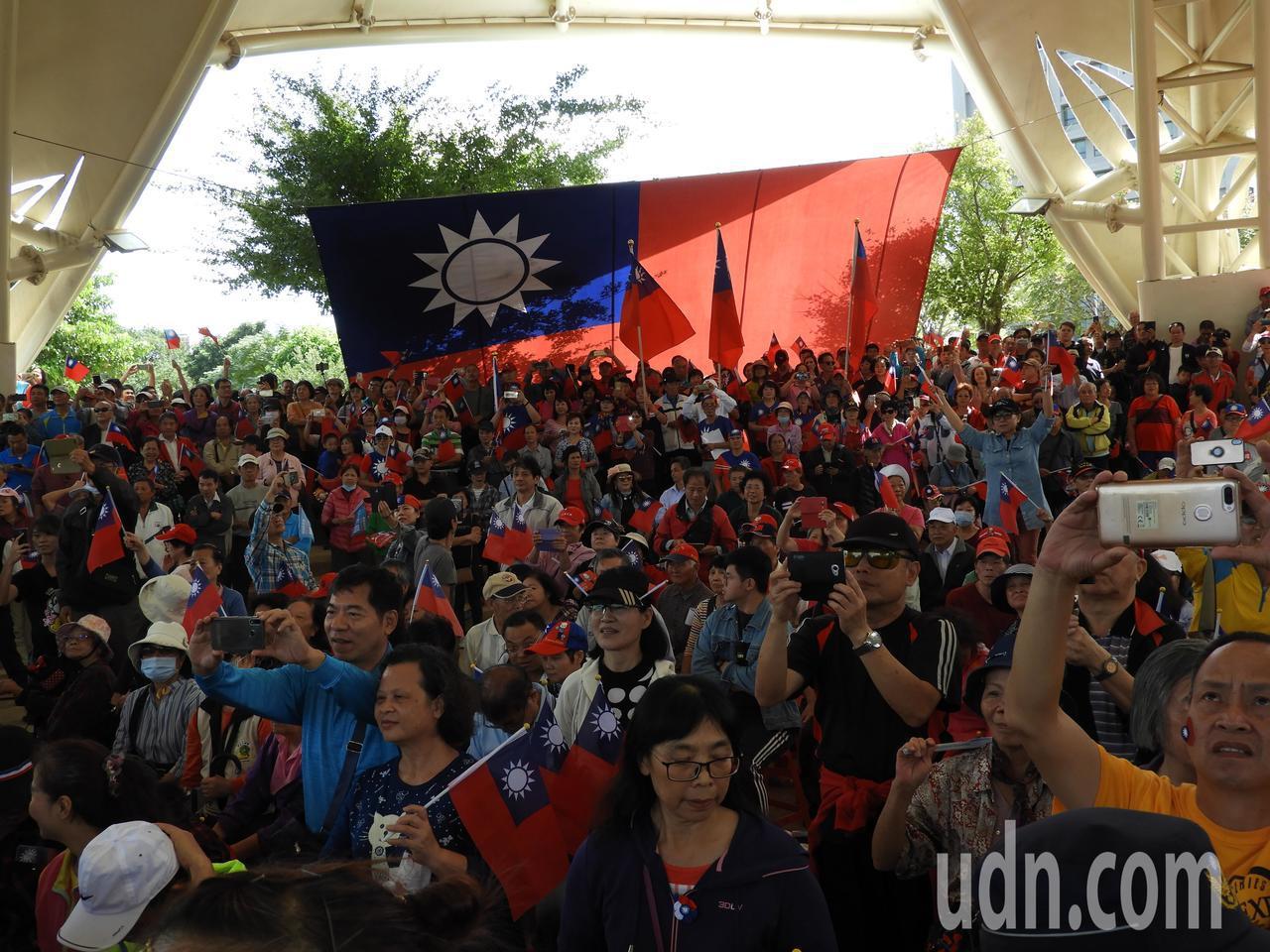 韓國瑜提及,一對法國夫妻撰寫的「環遊世界」書中形容台灣人非常善良,表示世界各地朋...