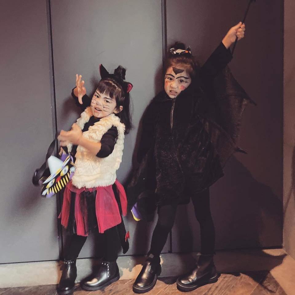 咘咘(右)、Bo妞萬聖節裝扮曝光。圖/摘自臉書