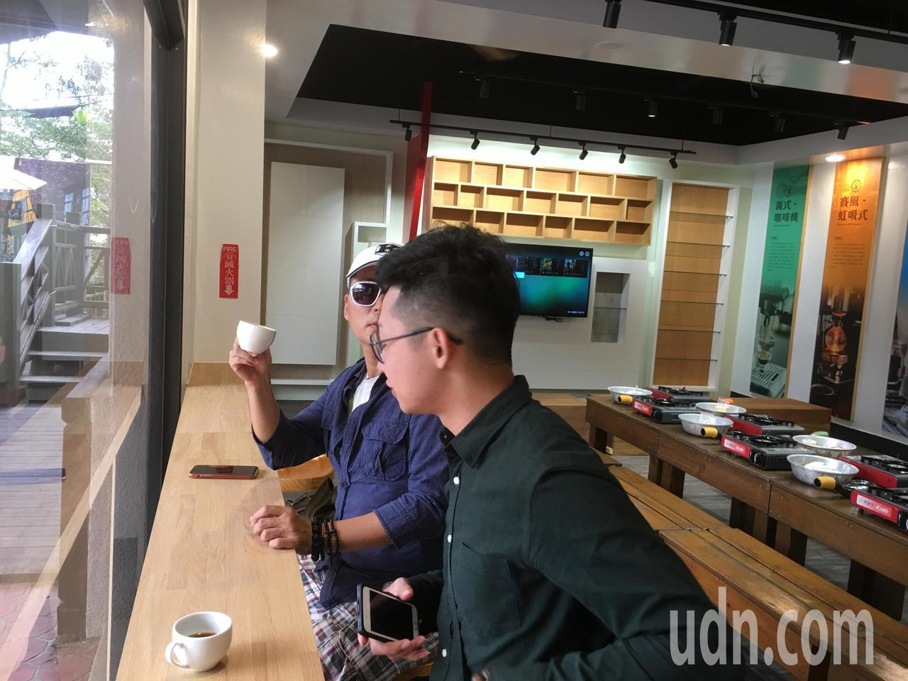 雲林縣古坑鄉是咖啡原鄉,為讓更多來到古坑的遊客可以認識咖啡歷史,並體驗烘豆過程,...