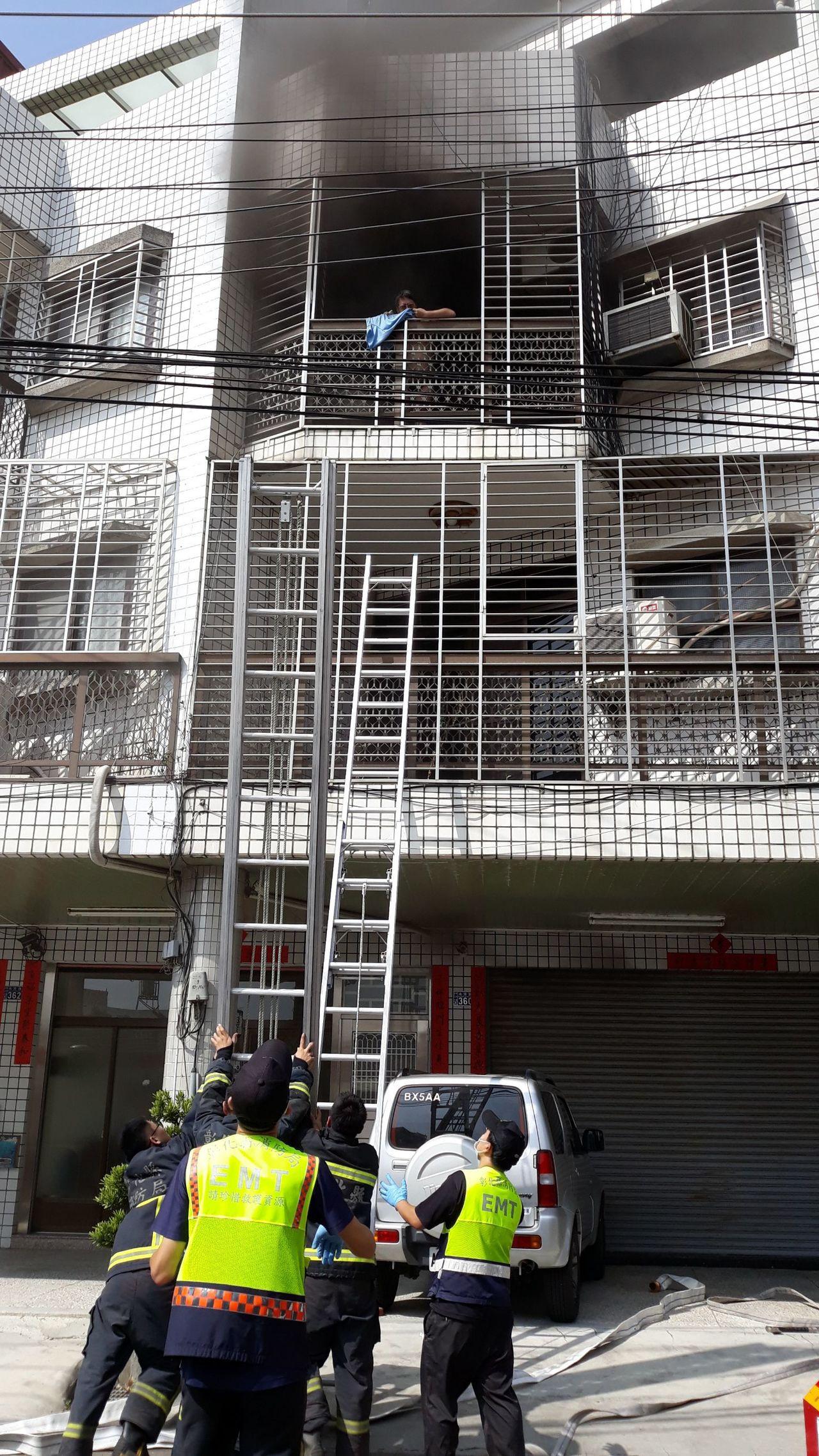 彰化市永芳路某牙醫診所今天中午發生火警,雅醫師大婦在3樓呼救,十分危急,消防人員...