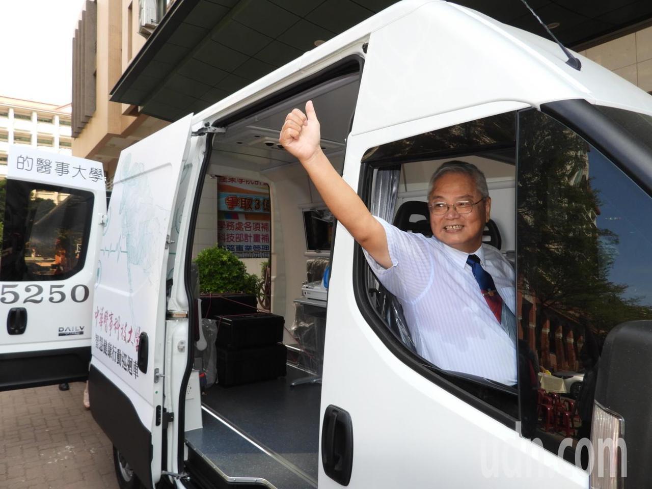 董事長鄭啟瑞稱讚巡迴車功能完備。記者周宗禎/攝影