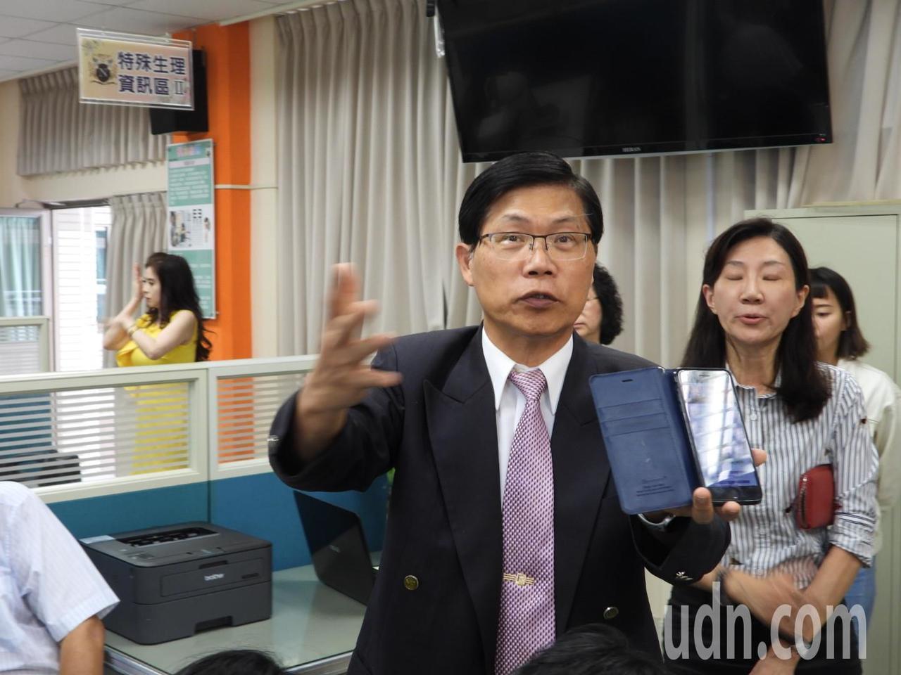 校長曾信超強調健檢結果只要5秒鐘就可以顯示在手機APP上。記者周宗禎/攝影