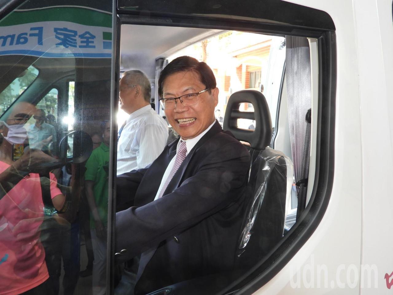 校長曾信超期待巡迴車能到第一線社區服務。記者周宗禎/攝影
