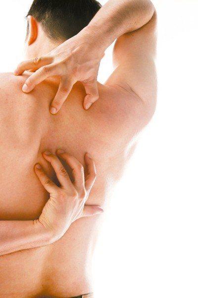 醫師表示,異位性皮膚炎是免疫功能失調的過敏性疾病,患者常因忍不住搔癢感,把皮膚抓...