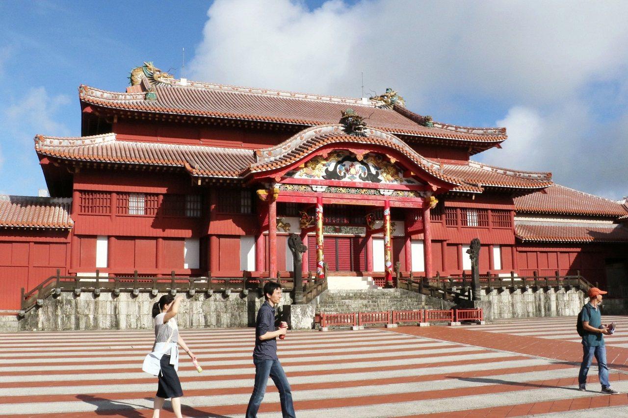 日本沖繩縣名勝首里城檔案照。專家指首里城深紅色外觀使用的紅漆混入桐油,可能因此導...