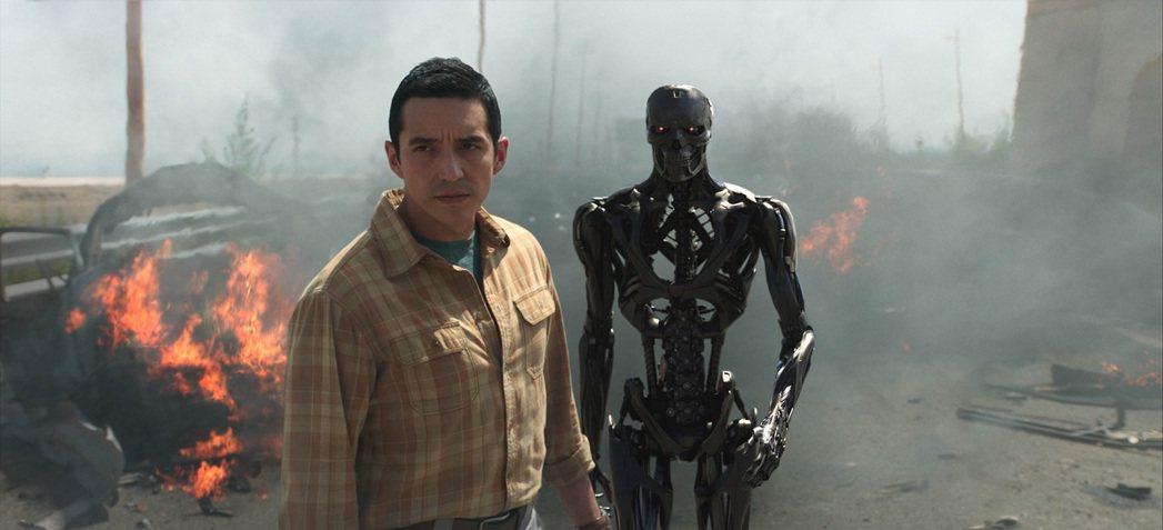 蓋布瑞盧納在「魔鬼終結者:黑暗宿命」中扮演反派機器人Rev-9。圖/福斯提供
