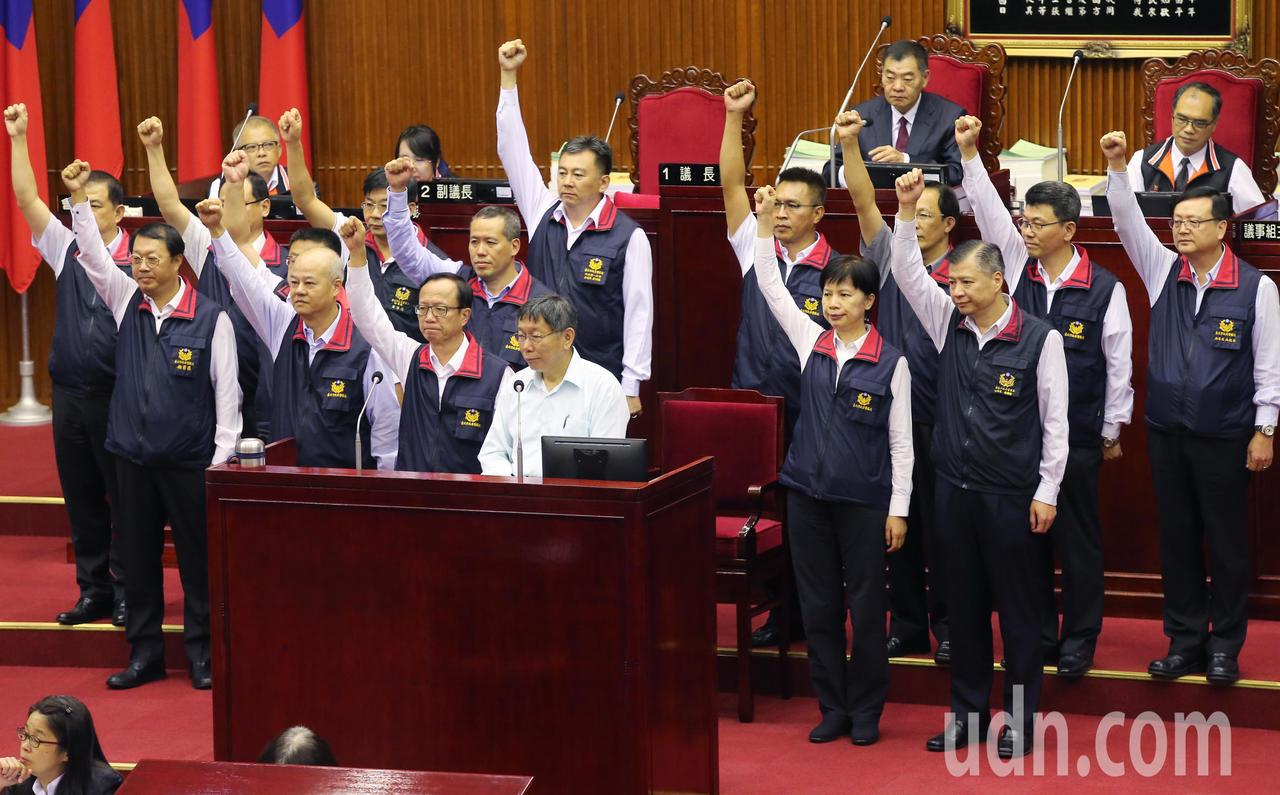 針對議員質詢支不支持國賠案上訴、會不會打擊員警士氣?台北市警局14位分局長同時舉...