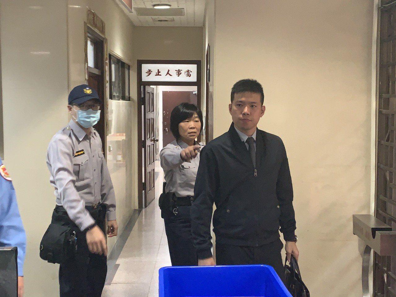 前總統府侍衛室少校吳宗憲(右)今為私菸案到台北地院出庭。記者王聖藜/攝影