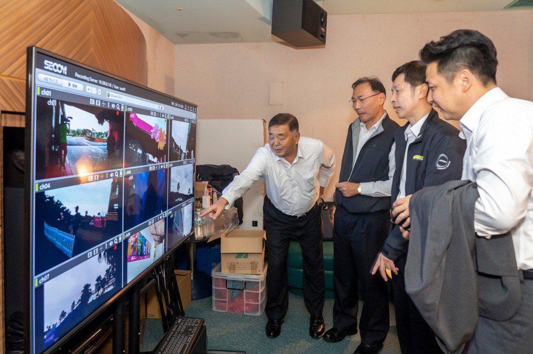 中興保全科技集團總執行長小野寺博史視察中控中心。中保科技提供