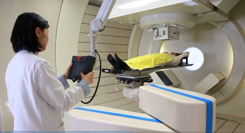 長庚研究發現,如果肝癌病患肝硬化指數正常,接受質子治療時,只要30%其體型應有的正常肝臟體積未被質子所照射,就能將放射性肝傷害風險降至最低。圖/長庚醫院提供