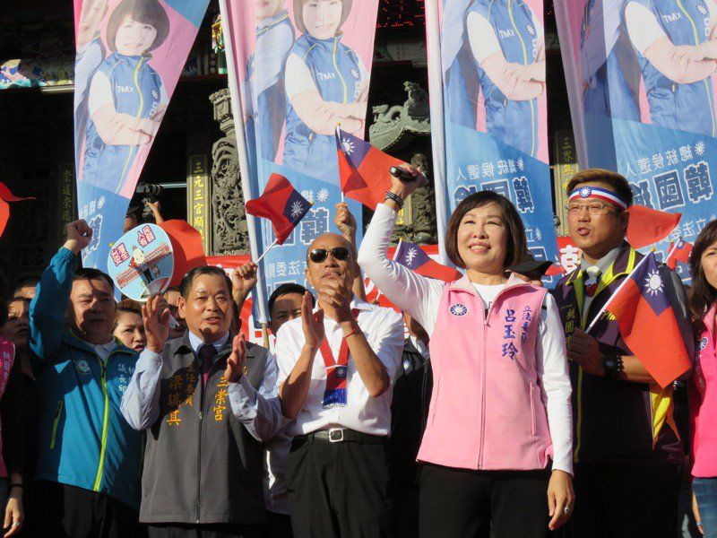 國民黨總統參選人韓國瑜(左三)今天下午,到桃園市平鎮區三崇宮參拜,與支持者高呼「凍蒜」口號造勢。記者張弘昌/攝影