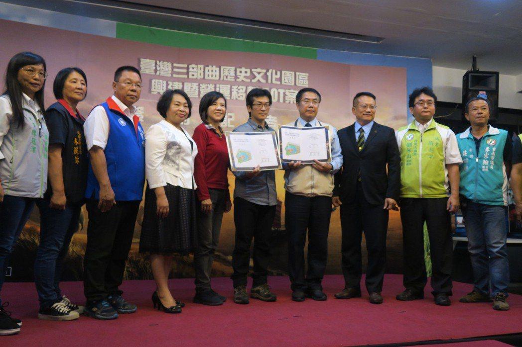 魏德聖在台南正式簽下「豐盛之城」合約。記者蘇詠智/攝影